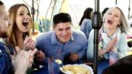 Gruppo di amici in un ristorante Tex-Mex ridere insieme