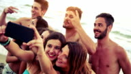 Gruppe von Freunden, die selfies am Strand