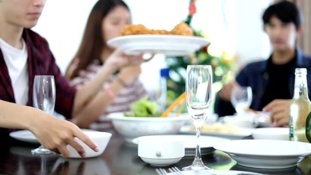 Groep vrienden praten Over een maaltijd en Lunch pauze thuis