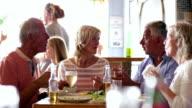 Gruppe von Freunden reden über eine Mahlzeit