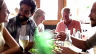 Gruppo di amici parlando su un pasto