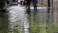 Gruppe von Mädchen auf Überschwemmungen road ab.