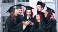 Gruppe von Abiturienten nehmen selfie
