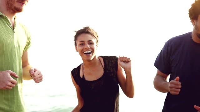 Gruppe von multi-ethnischen Freunde, Tanzen am Strand
