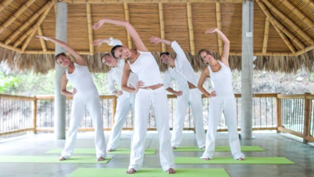 Groep mensen doen yoga oefeningen