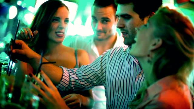 Gruppe von Menschen, die Spaß an einem Abend.