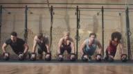 Groep mensen maken push-ups