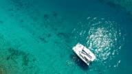 groep mensen ontspannen en snorkelen van luxe catamaran