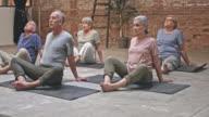 Gruppe von Senioren Gymnastik im Yoga-Kurs