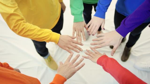 Gruppe von sechs Hände mit gay-pride-shirts mit langen Ärmeln in circle