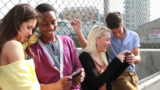 Gruppe von Teenagern, die mit Handy