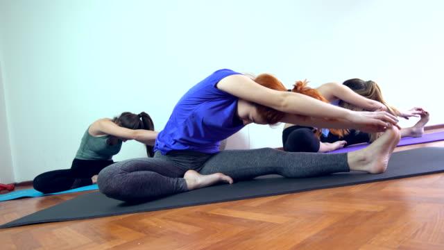 Groep vrouwen uitoefening van yoga pose op de verdieping