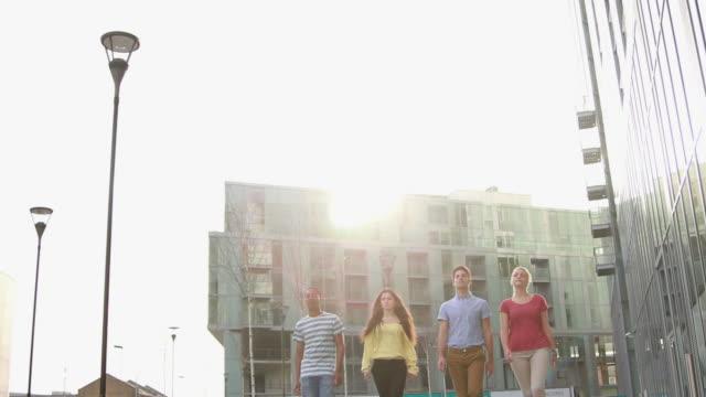 Ritratto di gruppo di quattro adolescenti