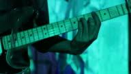 gitaar in handen van de muzikant