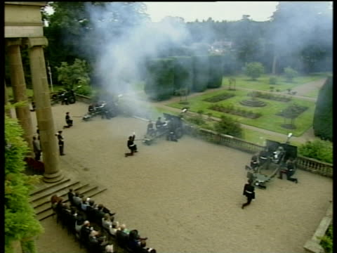 Gun salute at Hillsborough Castle in celebration of Queen Mother's 100th Birthday 04 Aug 00