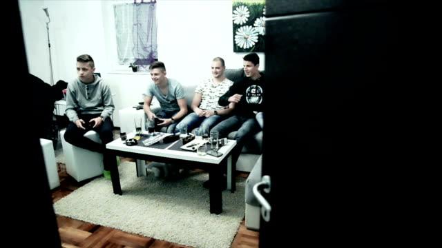 Killar spelar TV-spel