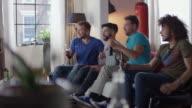 Amici seduto sul divano a guardare film horror