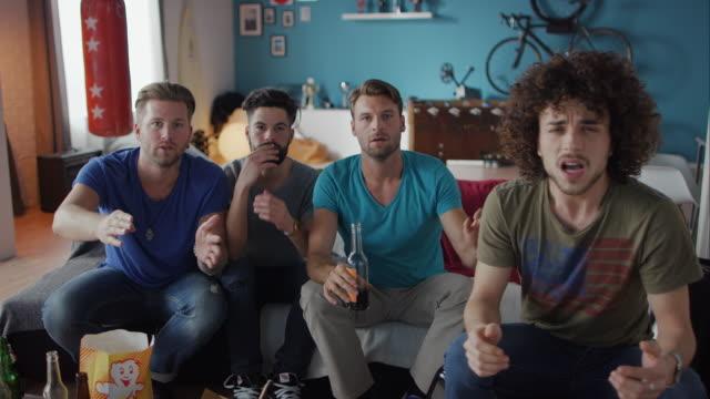 Männer sitzt auf Sofa Fernsehen enttäuscht
