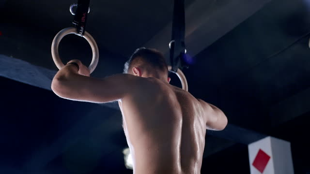 Crossfit dip ring Mann Training im Fitnessraum