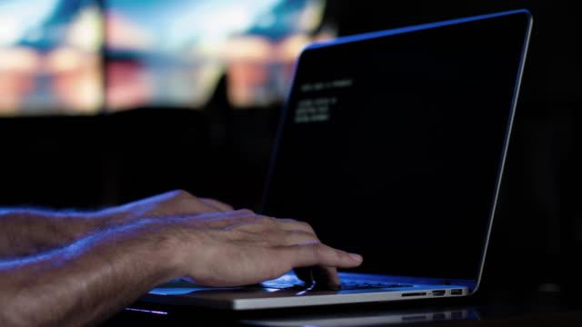 Hacker att skriva tangentbord och Data på skärmen