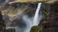 Haifoss waterval naar beneden vallen in canyon in IJsland