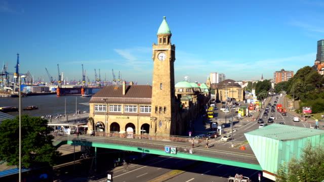 Hamburger Skyline mit industriellen Hafen im Hintergrund