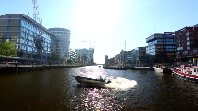 Hamburgs Hafen-City mit Sonnenlicht
