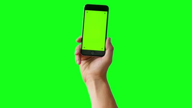 Hand mit Smartphone auf Green-Screen BG - 4K