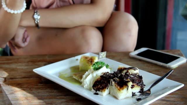 Hand von Frauen Essen Schokoladen-Brot.