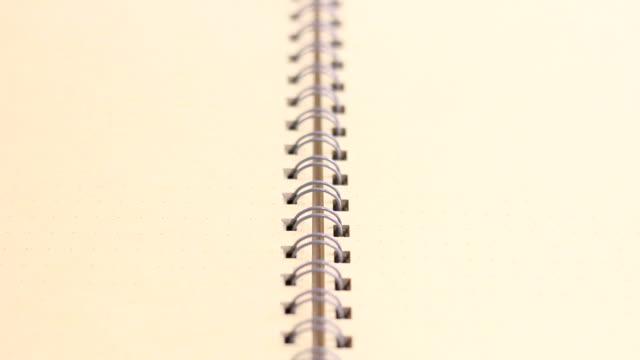 Mano aprire un libro vuoto