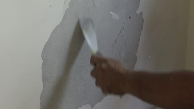 Hand gips de bakstenen muur
