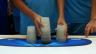 Hand spielen Stack cup