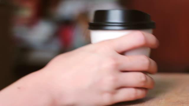 Mano uscire e tazza di caffè