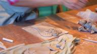 Handcrafter versieren een klei-engel
