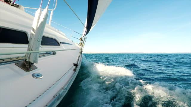 HD Handheld, gestage Ghimbal: Shot van zeilboot scheve
