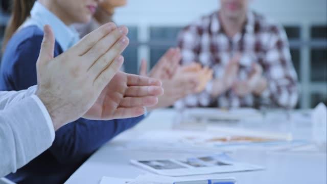 SLO MO händer applåderar i mötesrummet