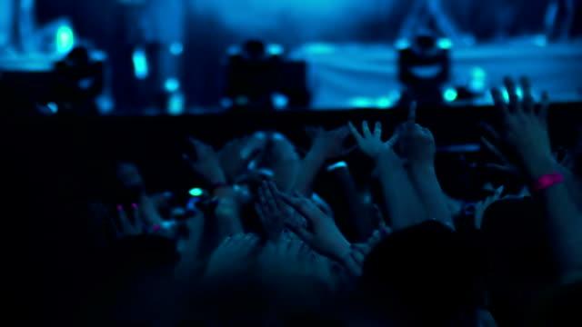 Hände in die Luft im Konzert