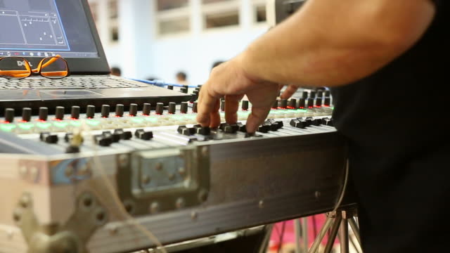Hände von DJ zwicken Steuerelemente auf Rekord-deck