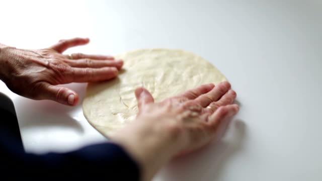 Hände der Zubereitung hausgemachter pizza-Teig