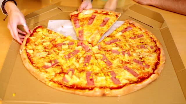 Hände versuchen, Stück Pizza