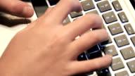 Hände Tippen auf der Tastatur-Audio