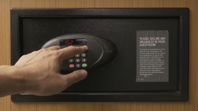 Hände, die Entriegelung Kombination Safe im Hotelzimmer