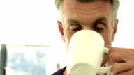 Gut aussehender Mann lächelnd und Trinken Kaffee