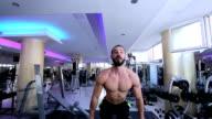 Gut aussehend muskuläre Männer Durchführen hoher Intensität Bizeps Locken mit Langhantel