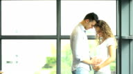 Glücklich und junge schwangere Paar im park im Sommer