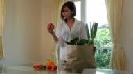 Gerne Asiatin Kochen Gemüse grünen Salat in der Küche