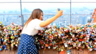 Felice Donna asiatica prendendo foto a n seoul tower