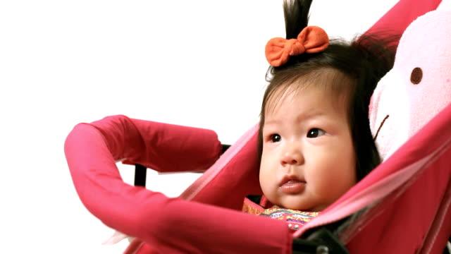 Bambino felice in Boggy perambulator carrello su sfondo bianco