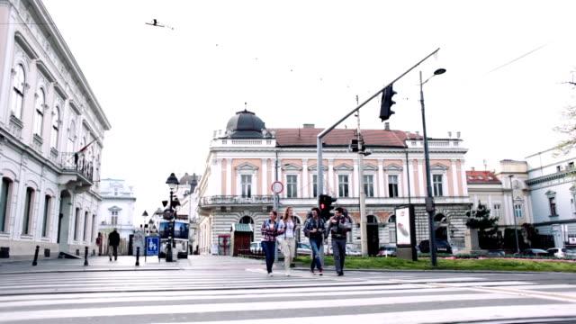 HD: Happy Wanderer Kreuzung der Straße.
