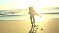 Coppia felice in amore sulla spiaggia